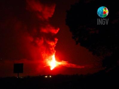 Etna, un nuovo parossismo illumina la notte – VIDEO INGV